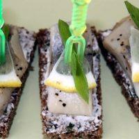Канапе с селедкой рецепт — уникальная закуска 2019 пошагово