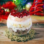 Новогоднее оформление салатов 2020: красивые варианты с фото